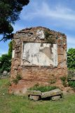 Gammal gravvalv i Appia anticagata i Rome Arkivfoton
