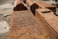 Gammal gravyr på stenen i Armenien i gammal glömd text royaltyfria bilder