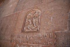 Gammal gravyr på stenen i Armenien i gammal glömd text royaltyfri bild