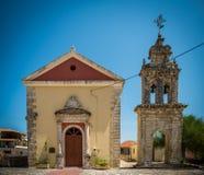Gammal grekisk kyrka med klockatornet Fotografering för Bildbyråer