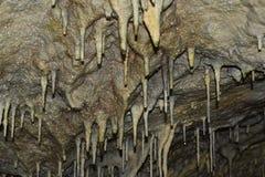 Gammal grotta med stalactides och stalagmit Arkivfoton