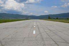 Gammal grov asfaltbeläggninglandningsbana royaltyfria foton
