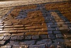 Gammal grov målad tegelstenvägg, sikt underifrån royaltyfri fotografi
