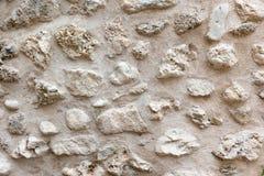 Gammal grov sten texturerad vägg, abstrakt material för bakgrund, sandfärg royaltyfri bild