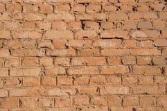 Gammal grov vägg av röda tegelstenar med defektbakgrund royaltyfria foton