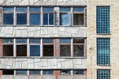 Gammal grunge övergiven byggnad med brutna fönster royaltyfri foto