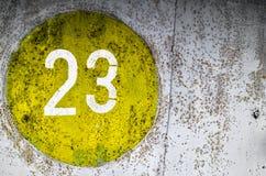 Gammal grungetextur av gul målarfärg på metall royaltyfri foto
