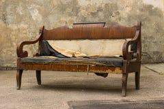 Gammal grungy riven sönder övergiven soffa för tappning, soffa royaltyfri bild