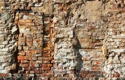 Gammal grungy vägg för röd tegelsten med bricked upp fönster arkivfoto