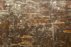 Gammal gul brun träkryssfaner med skada, sprickor och djupa skrapor Textur för grov yttersida arkivfoto