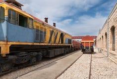 Gammal gul diesel- lokomotiv Royaltyfria Foton