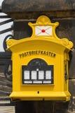 Gammal gul gatabrevlåda royaltyfria bilder