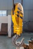 Gammal gul järnkrok arkivfoto
