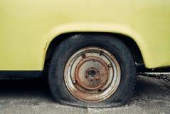 Gammal gul retro bil arkivbild