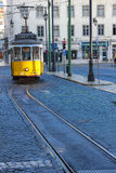 Gammal gul spårvagn i den Figueira fyrkanten. Lissabon. Portugal Royaltyfria Foton