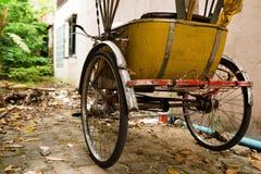"""Gammal gul trishaw för traditionell thailändsk transport†""""på en gata royaltyfria bilder"""
