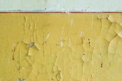 Gammal gul vägg med sprucken målarfärg Royaltyfria Foton