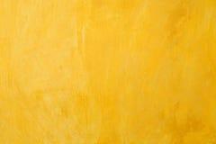 Gammal gul väggbakgrund Royaltyfria Bilder