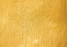 Gammal guld- cementv?gg i abstrakt textur f?r grova modeller f?r bakgrund royaltyfri fotografi
