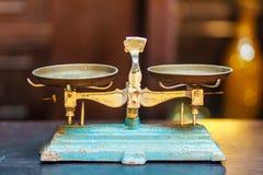 Gammal guld- jämvikt för vägningsskala, forntida gammal skala, tappningol arkivbilder