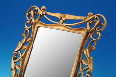 gammal guld- spegel för ram Royaltyfria Foton