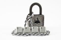 Gammal hänglås med det chain och säkra ordet Arkivfoton