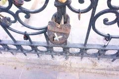Gammal hänglås på ett dekorativt metallstaket Rysk brölloptradition som fäster hänglåset som ett symbol av förälskelse och lojali vektor illustrationer