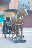 Gammal härlig barnvagn i den gamla staden arkivfoton