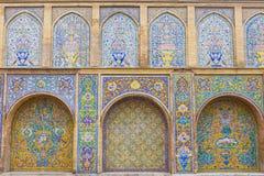 Gammal härlig mosaikmålning på väggen på den Golestan slotten, Iran royaltyfri fotografi