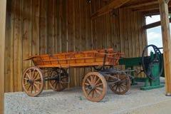 Gammal hästdragen vagn i retro stil Royaltyfria Foton