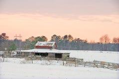 Gammal hästladugård i snowen Arkivfoto