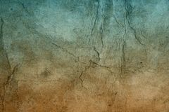 Gammal hårt knäckt pappers- bakgrund i mörka färger arkivbild