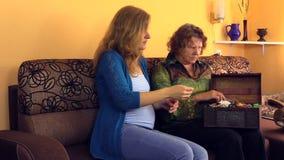 Gammal hög farmorshowflicka hennes retro smyckenbröstkorgask arkivfilmer