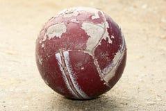 Gammal ha på sig fotboll klumpa ihop sig Royaltyfri Bild