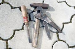 Gammal hammare och skruvmejsel och skiftnyckel Royaltyfria Foton