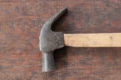 Gammal hammare på det wood brädet Arkivfoto