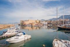 Gammal hamn av Kyrenia, ö av Cypern, med fartyg och lighth Royaltyfri Fotografi