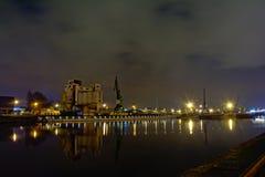 Gammal hamn i Ghent, med industriell silo` s och kranar, på natten Royaltyfri Fotografi