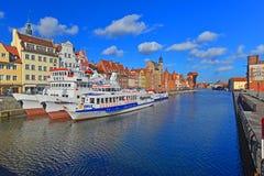 Gammal hamnkanal med skepp i Gdansk, Polen Royaltyfri Bild