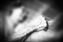 Gammal hand och cigarett Arkivbilder