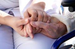 Gammal hand och unga händer Royaltyfri Bild