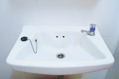 Gammal handfat för badrum i lägenhet Royaltyfri Fotografi