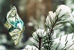 Gammal handgjord julprydnad i vinterskogen Arkivfoto