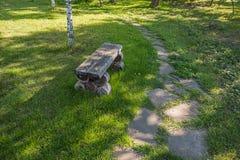 Gammal handgjord träbänk nära vandringsledvänstersidavänd Royaltyfri Foto