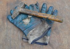 Gammal handskar och hammare Arkivbilder