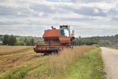 Gammal harvester på fältet royaltyfri foto