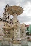 Gammal havannacigarr, Kuba: Springbrunn med lejon och den San Francisco kyrkan Fotografering för Bildbyråer