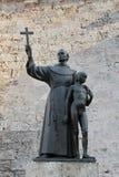 Gammal havannacigarr, Kuba: staty av frans Junipero Serra och en infödd pojke Royaltyfri Bild