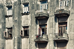 Gammal havannacigarrart déco som bygger stil med balkonger och fönster Royaltyfri Foto