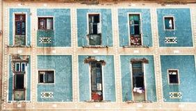 Gammal havannacigarrbyggnadsfasad med sjaskiga balkonger Royaltyfria Bilder